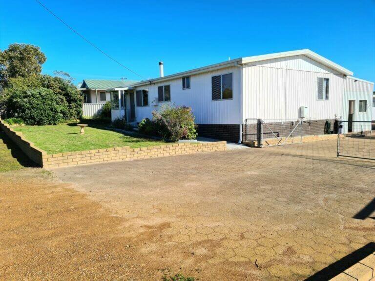 Mick's Pad - Accommodation in Bremer Bay - 23 Barbara Street - Driveway